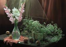 Todavía vida con melocotones maduros y un ramo de gladiolos Imágenes de archivo libres de regalías