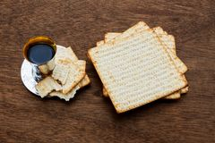 Todavía vida con pan judío del passover del vino y del matzoh Imagenes de archivo