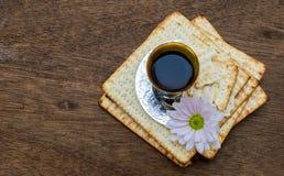 Todavía vida con pan judío del passover del vino y del matzoh Imagen de archivo
