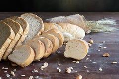 Todavía vida con pan y trigo en la tabla de madera Fotografía de archivo