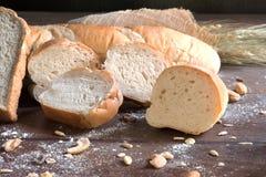 Todavía vida con pan y trigo en la tabla de madera Fotos de archivo libres de regalías