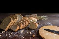 Todavía vida con pan y trigo en la tabla de madera Fotografía de archivo libre de regalías