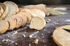 Todavía vida con pan y trigo en la tabla de madera Foto de archivo