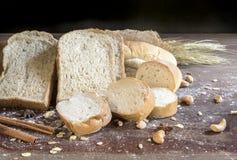 Todavía vida con pan y trigo en la tabla de madera Imagen de archivo