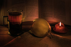 Todavía vida con peras, una vela y un vidrio de té Imagen de archivo libre de regalías