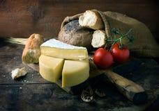 Todavía vida con queso Imagenes de archivo