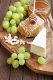 Todavía vida con queso, la uva y la miel Fotografía de archivo
