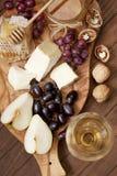 Todavía vida con queso, la uva y la miel fotografía de archivo libre de regalías