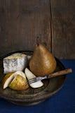 Todavía vida con queso verde con las peras Fotografía de archivo libre de regalías
