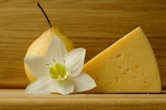 Todavía vida con queso y la pera Imagenes de archivo