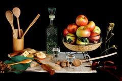 Todavía vida con rakia y las manzanas Fotografía de archivo
