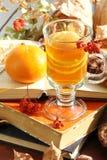 Todavía vida con té caliente en la decoración del otoño Foto de archivo