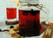 Todavía vida con té del karkade Fotos de archivo libres de regalías