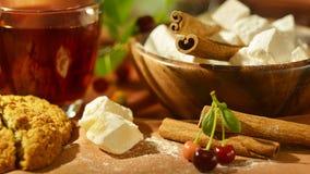 Todavía vida con té, dulces orientales, las cerezas y el canela Foto de archivo libre de regalías