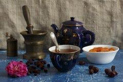 Todavía vida con té, el escaramujo y las fechas Fotos de archivo