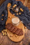Todavía vida con té, galletas, nueces y una nuez antigua Desayuno delicioso ligero en una tabla de madera, visión superior Foto de archivo libre de regalías