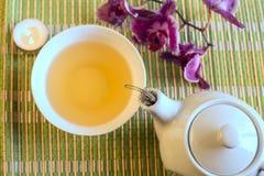 Todavía vida con té verde en una tetera Foto de archivo