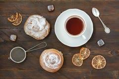Todavía vida con té y el bollo Fotos de archivo