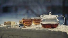 Todavía vida con té y el postre ahumados en el aire frío abierto almacen de video