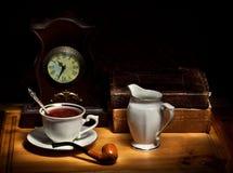 Todavía vida con té y libros viejos Foto de archivo libre de regalías