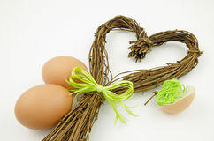 Todavía vida con un corazón del sauce y de los huevos de Pascua Fotos de archivo libres de regalías