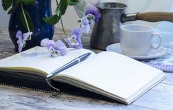 Todavía vida con un cuaderno y una pluma Imagen de archivo libre de regalías