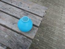 Todavía vida con un florero de los azules turquesa Foto de archivo libre de regalías