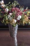 Todavía vida con un florero de plata y un ramo brillante Fotografía de archivo libre de regalías