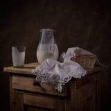 Todavía vida con un jarro con el yogur Fotos de archivo libres de regalías