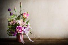 Todavía vida con un manojo de flores hermoso con la telaraña en la madera Foto de archivo libre de regalías