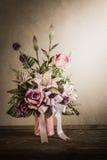 Todavía vida con un manojo de flores hermoso con la telaraña en la madera Foto de archivo