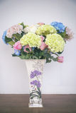 Todavía vida con un manojo hermoso de flores, tono del color del vintage Fotos de archivo libres de regalías