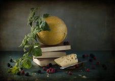 Todavía vida con un melón amarillo Imagenes de archivo