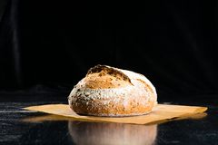 Todavía vida con un pan redondo tradicional del pan de centeno del artesano con imagen de archivo libre de regalías