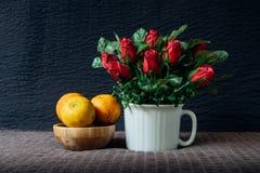 Todavía vida con un ramo de color de rosa y de anaranjado Todavía del otoño vida Imágenes de archivo libres de regalías