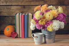 Todavía vida con un ramo de crisantemos Fotografía de archivo