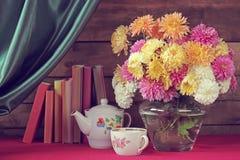 Todavía vida con un ramo de crisantemos Imagen de archivo