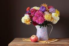 Todavía vida con un ramo de crisantemos Imágenes de archivo libres de regalías