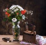 Todavía vida con un ramo de flores Fotos de archivo libres de regalías