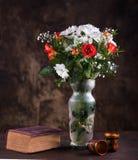 Todavía vida con un ramo de flores Imagenes de archivo