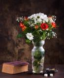 Todavía vida con un ramo de flores Fotografía de archivo