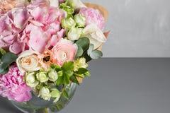 Todavía vida con un ramo de flores el florista puso juntas un manojo de flores hermoso Trabajo manual del hombre usado Imagenes de archivo