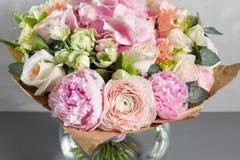 Todavía vida con un ramo de flores el florista puso juntas un manojo de flores hermoso Trabajo manual del hombre usado Fotos de archivo