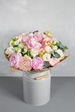 Todavía vida con un ramo de flores el florista puso juntas un manojo de flores hermoso Trabajo manual del hombre usado Foto de archivo libre de regalías