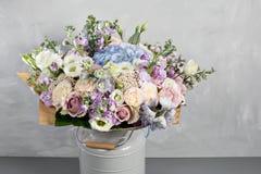 Todavía vida con un ramo de flores el florista puso juntas un manojo de flores hermoso Trabajo manual del hombre usado Fotografía de archivo libre de regalías