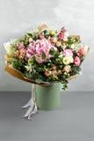Todavía vida con un ramo de flores el florista puso juntas un manojo de flores hermoso Trabajo manual del hombre usado Imagen de archivo