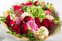 Todavía vida con un ramo de flores el florista puso juntas un manojo de flores hermoso Trabajo manual del hombre usado Fotos de archivo libres de regalías