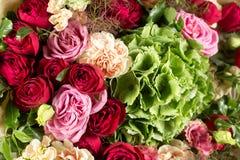 Todavía vida con un ramo de flores el florista puso juntas un manojo de flores hermoso Trabajo manual del hombre usado Foto de archivo