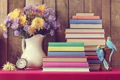 Todavía vida con un ramo de flores y de libros del otoño Foto de archivo