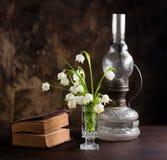 Todavía vida con un ramo de flores y de un libro Fotografía de archivo libre de regalías
